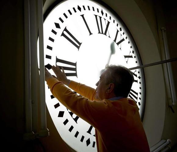El reloj de la puerta del sol recibe sus ltimos mimos for El reloj de la puerta del sol