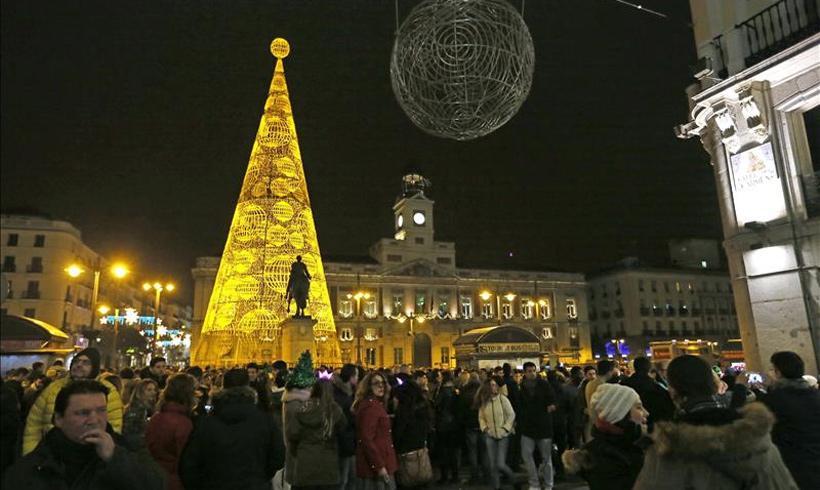 Miles de personas se re nen en las famosas 39 preuvas 39 de la for Puerta del sol uvas