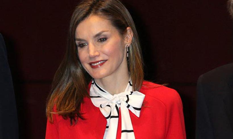 La reina Letizia marca tendencia con su abrigo rojo de Zara