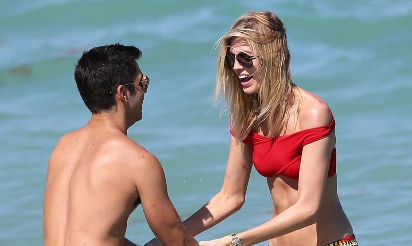 Devon Windsor sabe cómo pasárselo 'en grande' en la playa (y su novio, su 'complice')