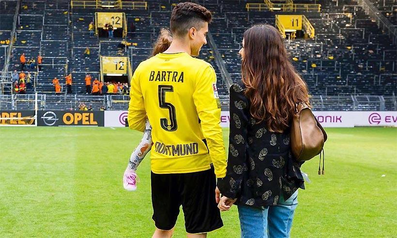Melissa Jiménez y su hija, Gala, en el emotivo regreso de Marc Bartra al Dortmund