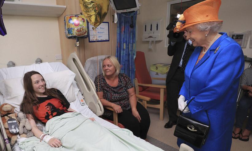 La reina Isabel visita a los niños heridos en el atentado de Mánchester