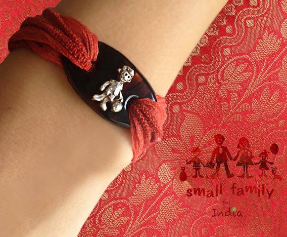 Consigue la nueva pulsera solidaria de 'Small Family' y ayudarás al pequeño Johny durante todo un año