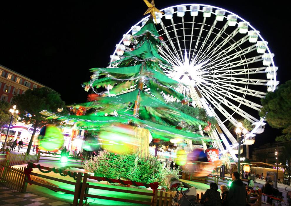 Niza posee una de las decoraciones navideñas más llamativas del mundo y el árbol que preside uno de los lugares más emblemáticos de la ciudad está compuesto de varios 'mini' árboles en forma de castillo de naipes.