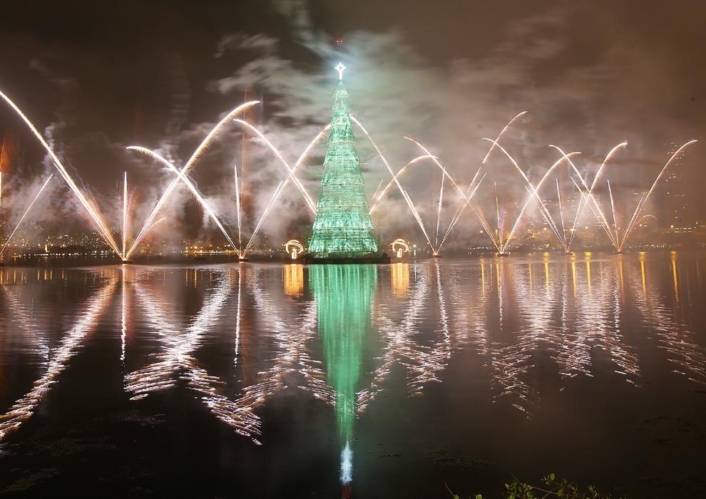 El árbol flotante de Río, reconocido por el Libro Guinness Records como el mayor de su tipo en el mundo, es una enorme estructura metálica en forma cónica que mide 85 metros de altura, pesa 542 toneladas y es iluminado por 3,3 millones de bombillas que forman figuras navideñas. Sus luces se encienden cada año desde 1996 y desde entonces se ha convertido en uno de los atractivos turísticos de Río de Janeiro en las épocas navideñas.