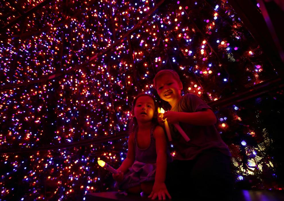 ¿Qué tiene de especial el árbol de Navidad de Singapur? Además de su espectacular iluminación permite a los ciudadanos introducirse dentro de él y realizar preciosas fotografías.