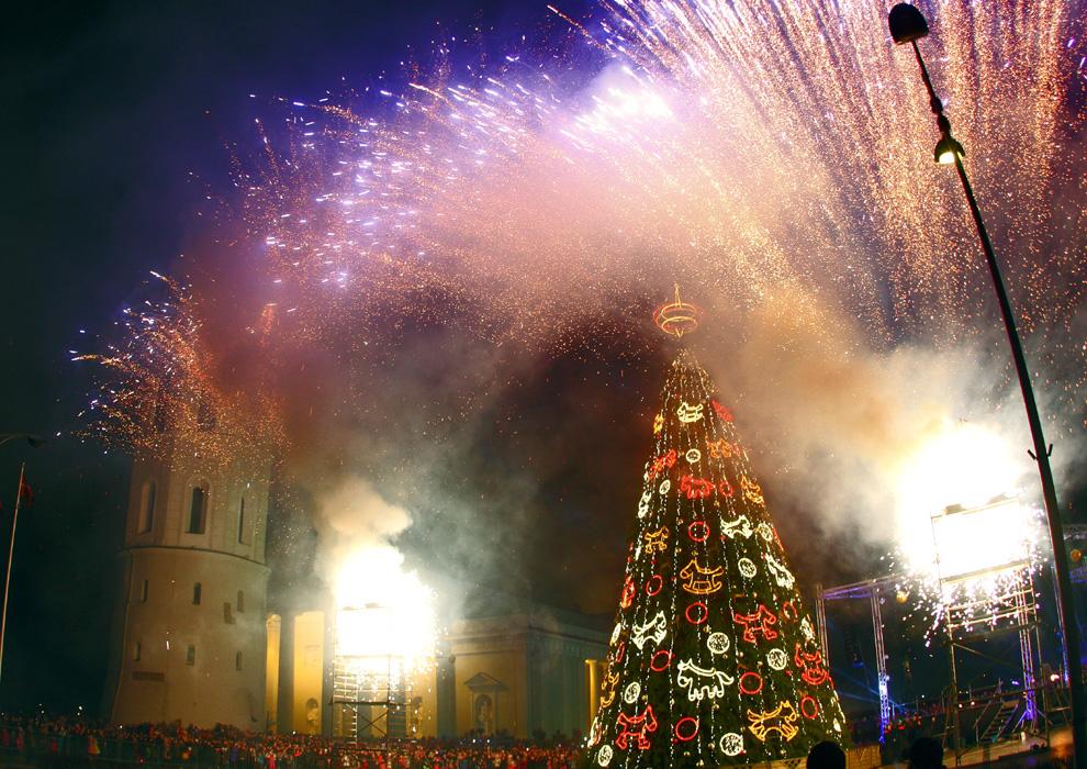 El árbol de Navidad en la Plaza de la Catedral de Vilna es considerado como el Árbol de Navidad Nacional de Lituania, y su encencido congrega a miles de espectadores.