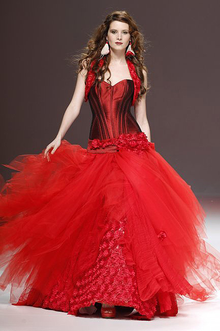 Los vestidos de novia rojos enamoran en Barcelona y Nueva ...