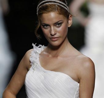 Tendencias 2013: Vestidos de novia con escotes asimétricos
