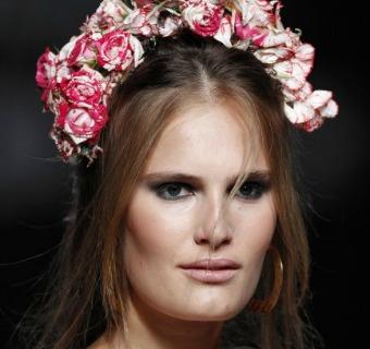¡Es tiempo de flores! Quince peinados de novia con flores para este invierno