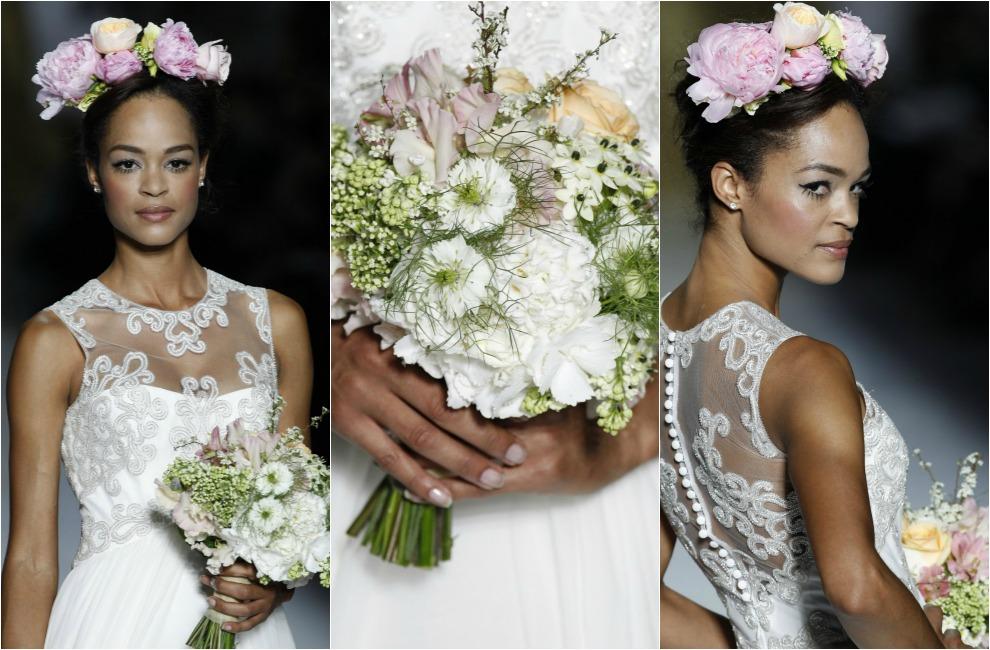 465182d3 Bouquet de tallo corto, en blanco, rosa y mandarina, a juego con el tocado  de peonías naturales de la novia. De 'Flowers by Bornay' para Pronovias.