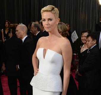 Charlize Theron, la 'reina' de los vestidos blancos