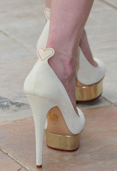 La 'it-girl' Charlotte Dellal viste los pies de las 'celebs'... y también de las novias