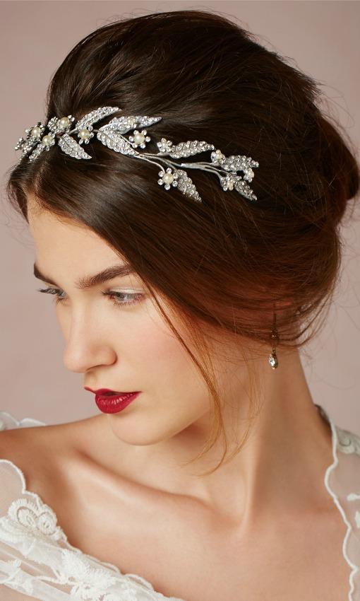 Tiara de doble uso (como diadema o encima del recogido), con hojitas y flores de Swarovski y perlas de cristal, de BHLDN.