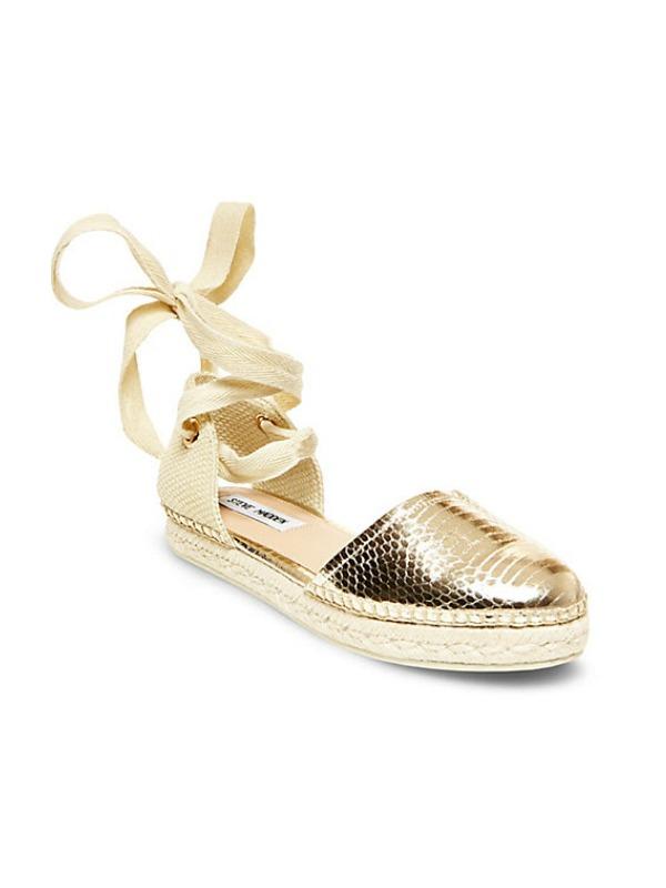Alpargatas flats con cinta bailarina en torno al tobillo y puntera imitando piel de serpiente en color oro metalizado, de Steve Madden (45 \u20ac).