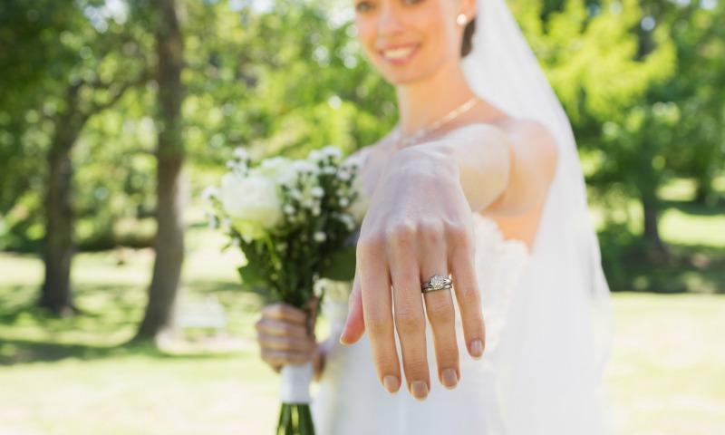 Guía esencial para cuidar del anillo de compromiso en vacaciones (o guardarlo cuando no lo llevamos puesto)