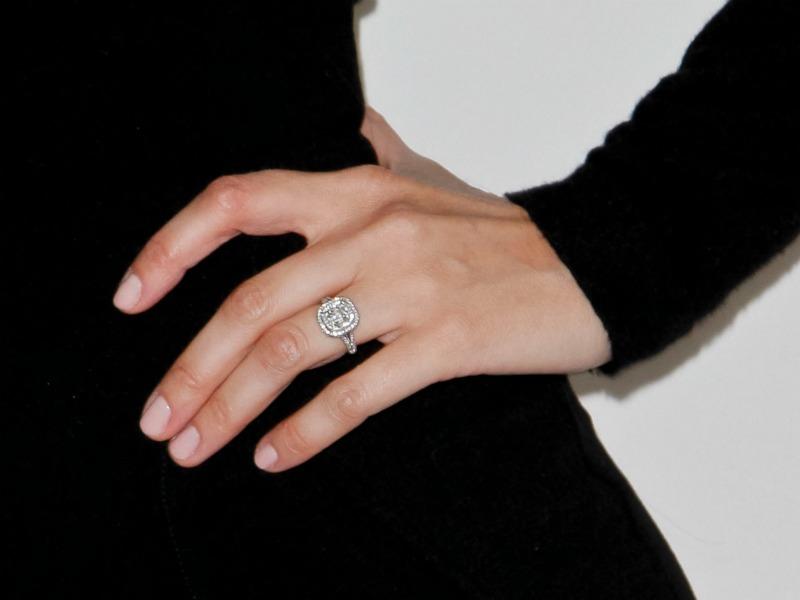 Diez colores de uñas para lucir anillo este verano - Foto 1