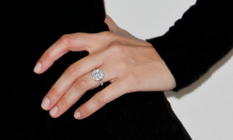Diez colores de uñas para lucir anillo este verano
