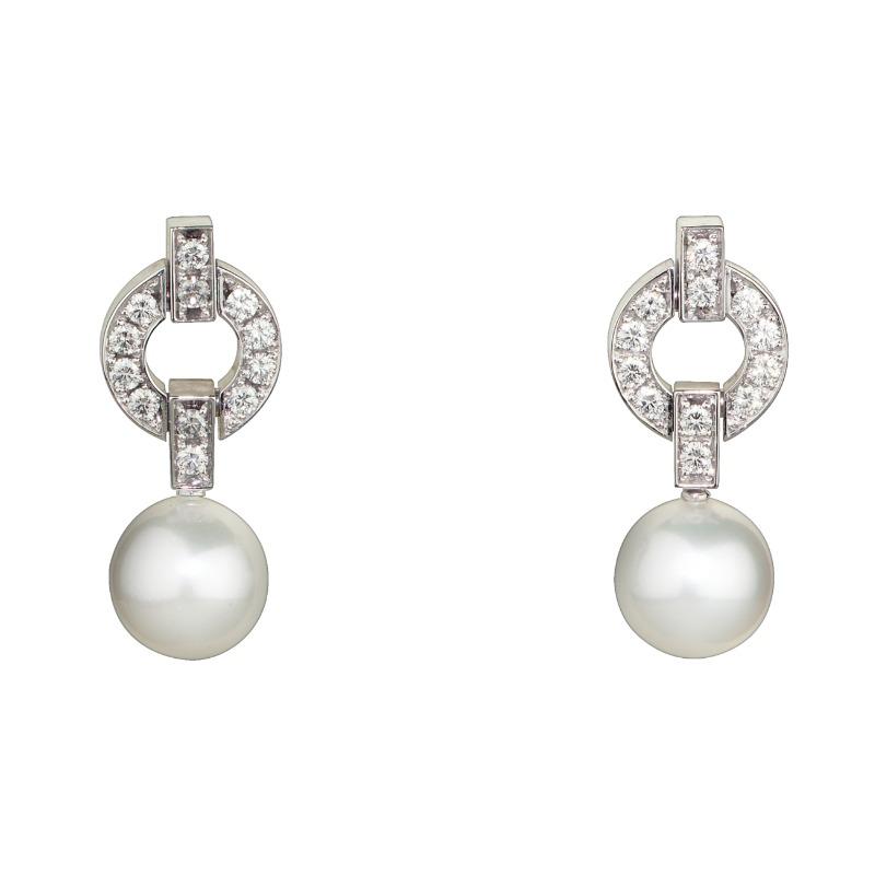 Pendientes Himalia, de Cartier, con arete de oro blanco engastados con una perla de agua dulce y doce diamantes talla brillante (7.350 \u20ac).