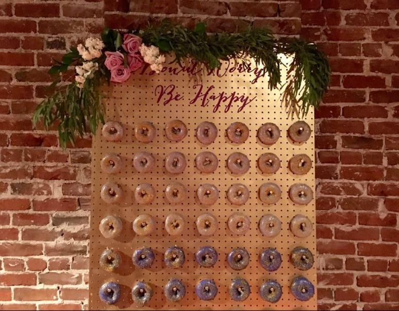 Resultado de imagen de pared donuts boda