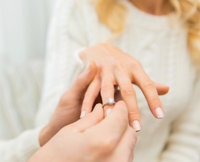 Modelos de anillos de compromiso para hombres y mujeres