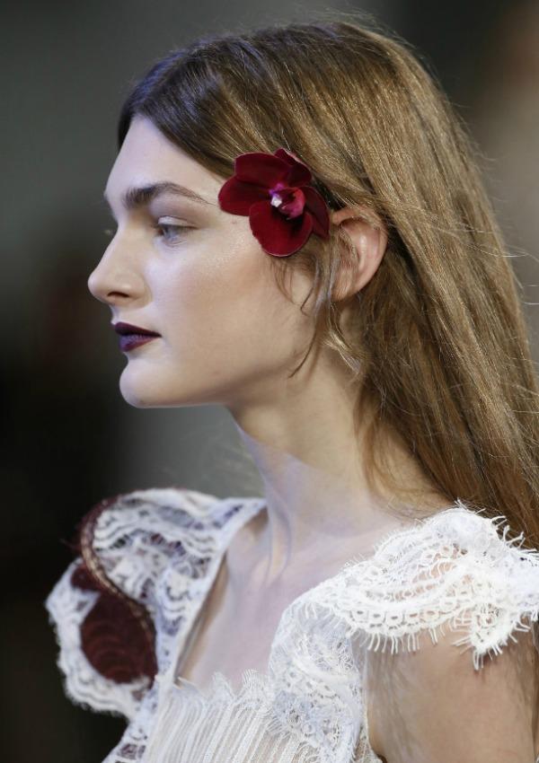 un look que sorprende los labios en colores oscuros son una de las tendencias beauty de la temporada una revolucin antinude que podemos con