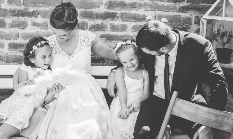 ¿Cómo redacto una invitación clásica de boda si mis padres ya no están juntos?