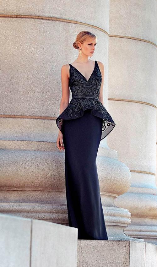 Como combinar un vestido negro ajustado