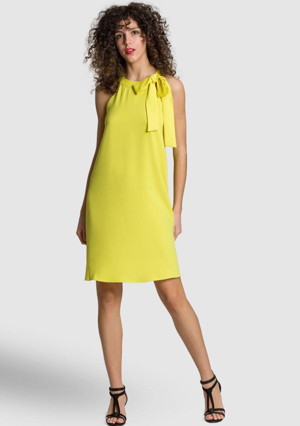 Sonar una mujer vestida de amarillo