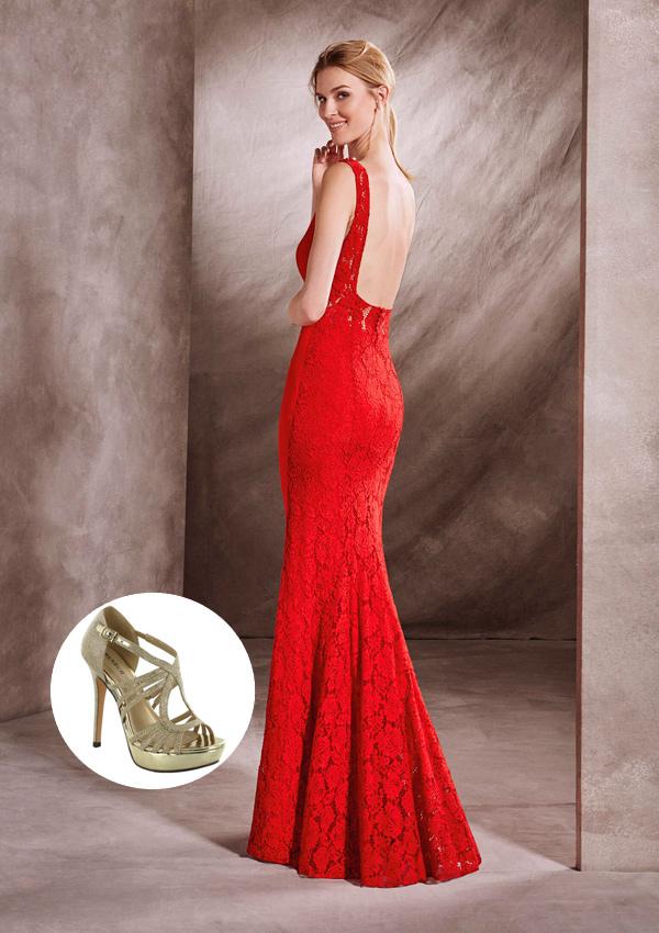 Vestido negro y dorado con zapatos rojos