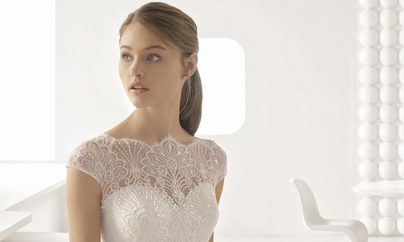 Un mundo de fantasía con los vestidos de novia de encaje y pedrería de Rosa Clará