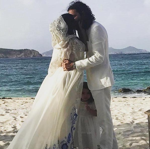 Una novia en el Caribe: así fue el espectacular vestido de Ally, la hija de Tommy Hilfiger