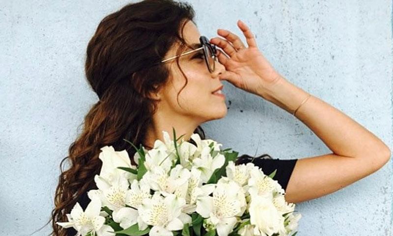 Juana Acosta: cuando la invitada perfecta no lleva 'looks' monocolor