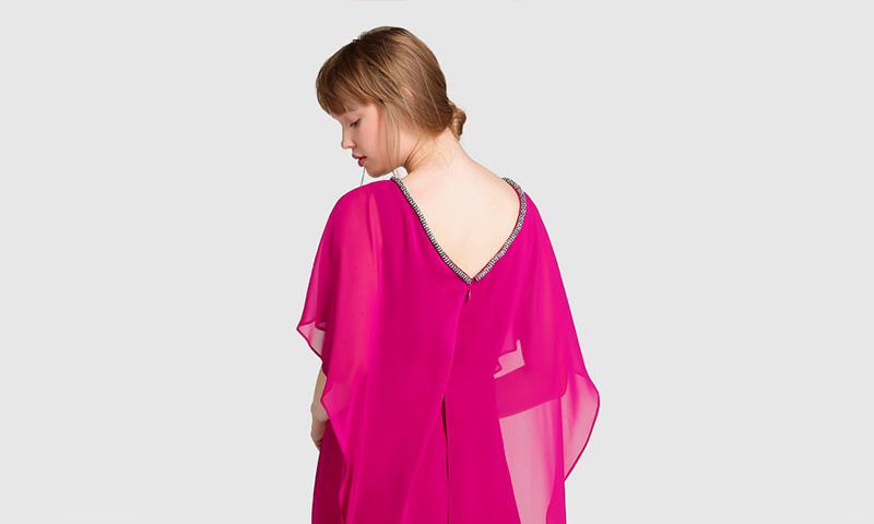 Vestidos de invitada con capa, un plus de elegancia y estilo - Foto