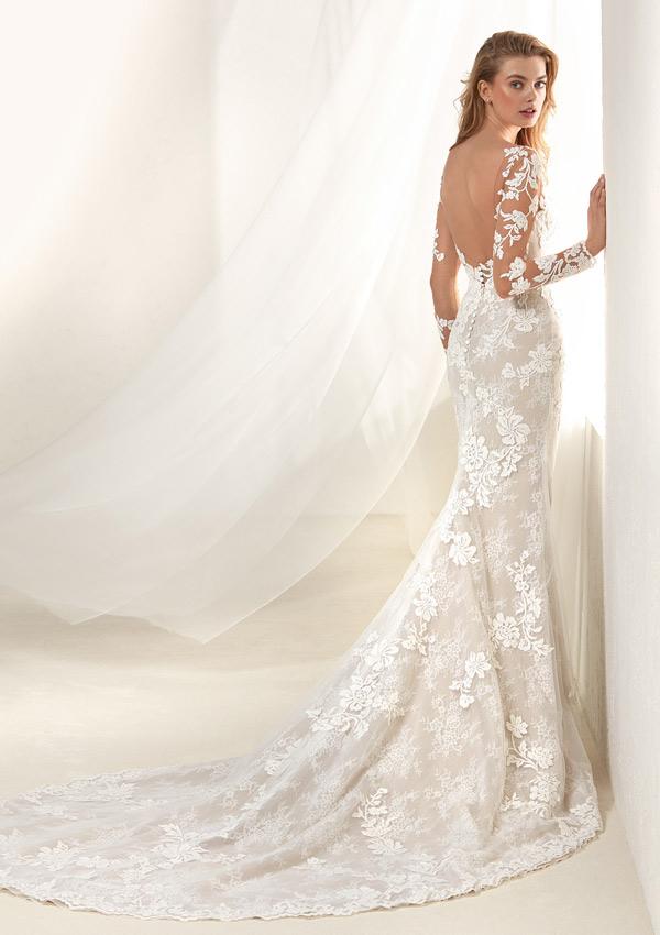 c103351ff x vestidos con escotes pronunciados y aberturas de Pronovias - Foto