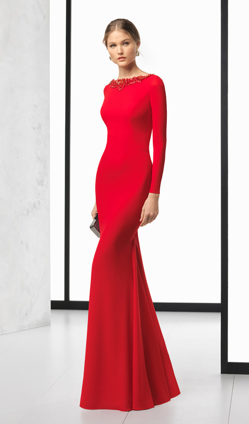 6ce76637d5 ... Clará · Vestido de madrina en azul noche de Pronovias · Diseño rojo de  manga larga de Rosa Clará.