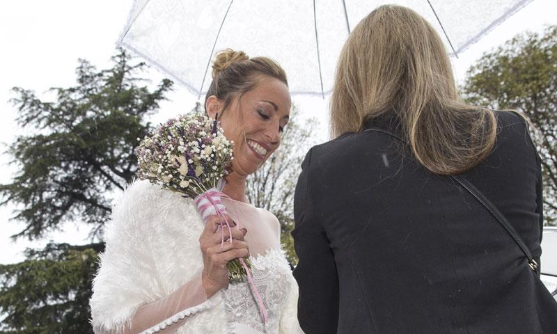 Bajo la lluvia y con un original vestido: así ha sido la boda íntima de Gemma Mengual y Enric Martín