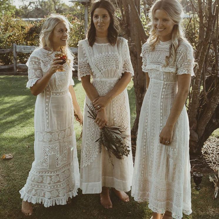 Damas De Honor Vestidas De Blanco La Decisión De Las Novias