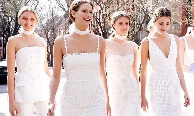 Estar satisfecho Hecho de Teórico  Damas de honor vestidas de blanco, la decisión de las novias más chic