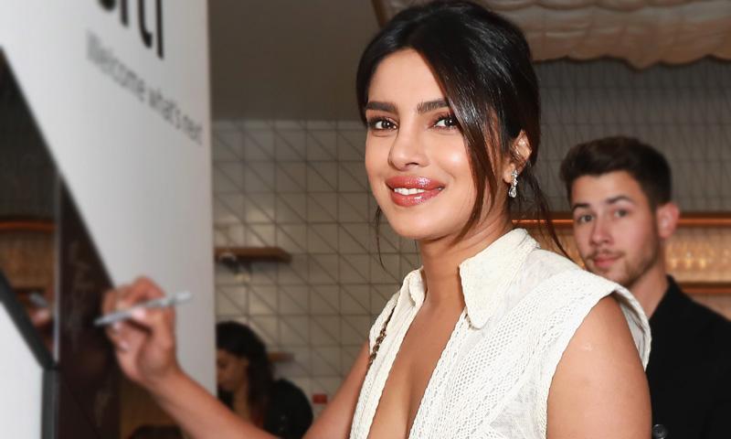 Priyanka Chopra y el triunfo del zapato flúor en las bodas de primavera