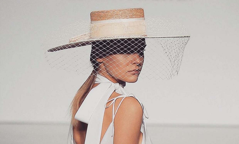 Cuando un velo y un sombrero son mejores que cualquier tocado de novia