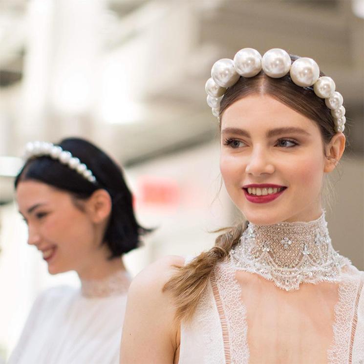 En zapatos de novia, diademas, horquillas... Formas muy chic y juveniles de llevar perlas