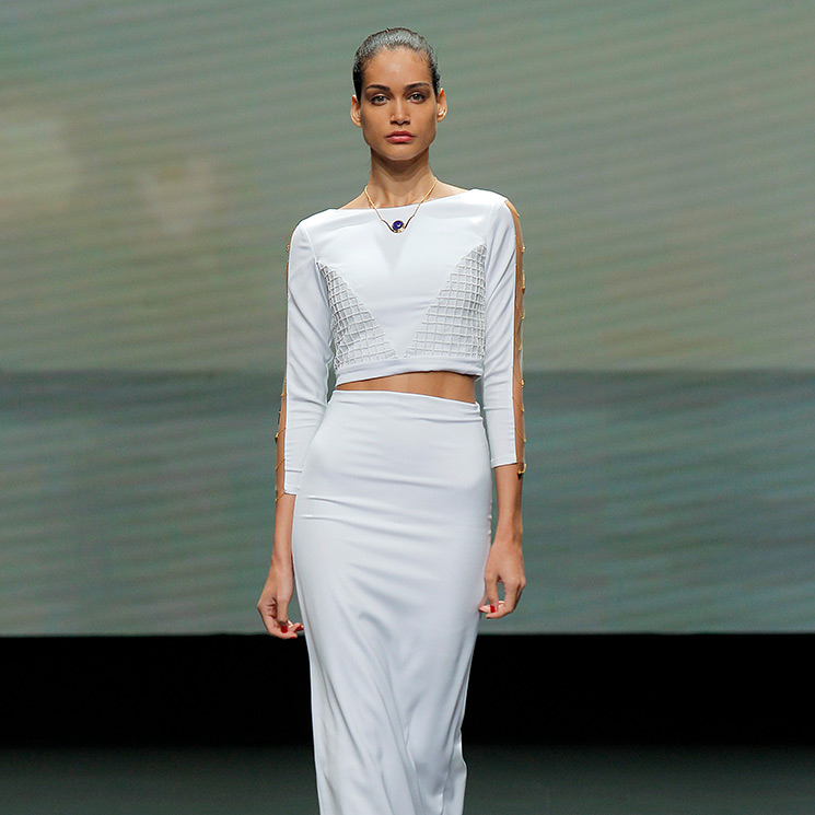 Lorena Panea viste a las novias más cañeras con 'cropped tops' y faldas a media pierna