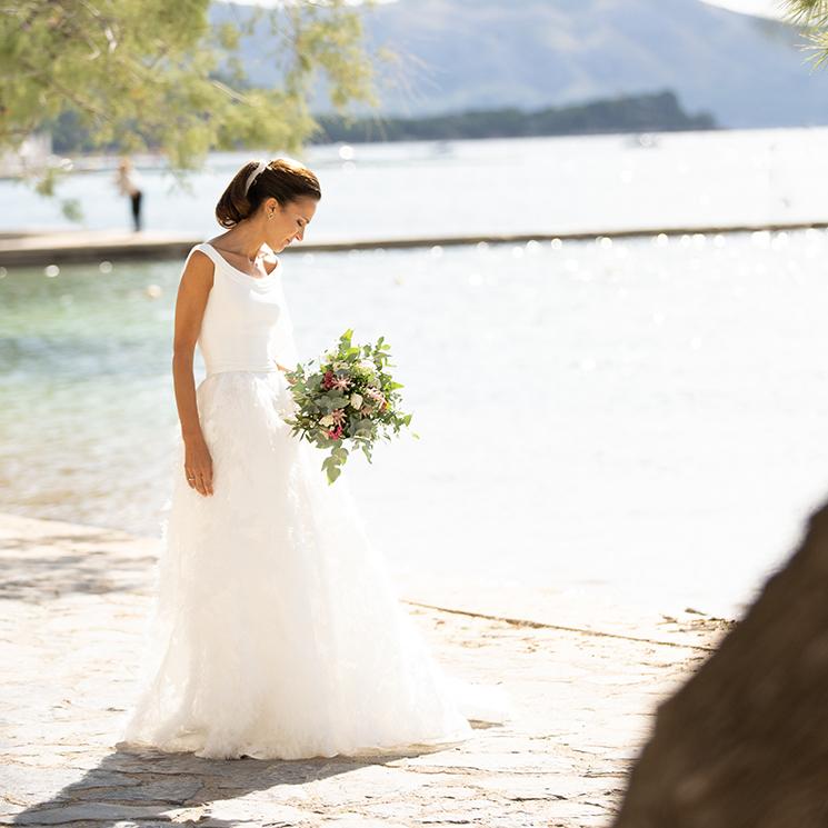 Isabel, la novia del escote barco que creó el vestido de sus sueños a distancia