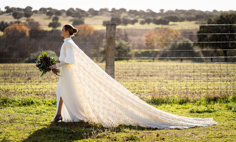 Inma, la novia de las flores burdeos y la capa de ganchillo