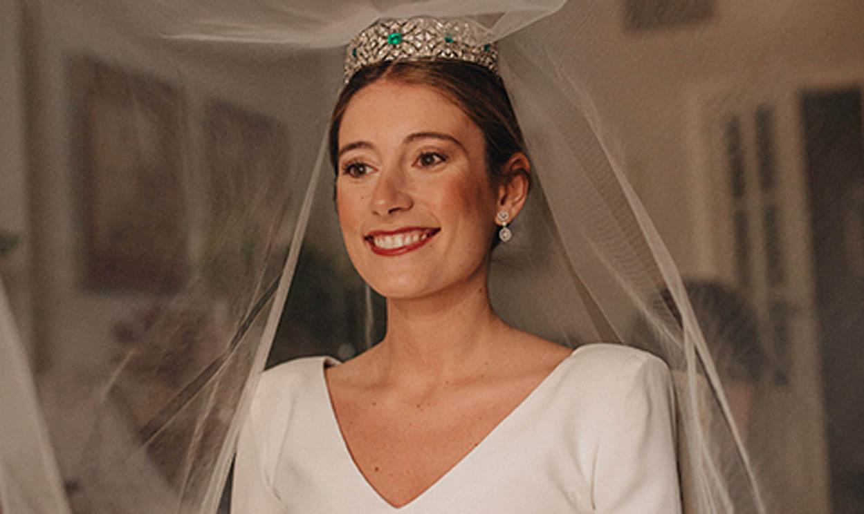 La boda en Sevilla de Sandra, la novia del vestido sencillo y la tiara de esmeraldas