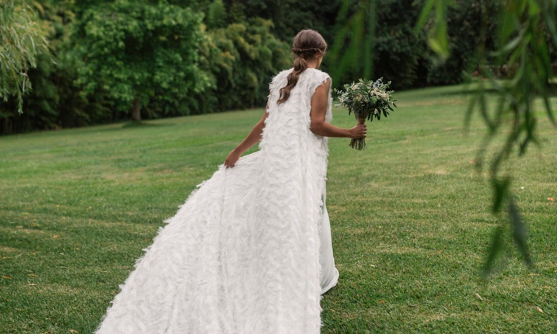 Carlota, la novia gallega del chaleco de plumas que diseñó su propio look