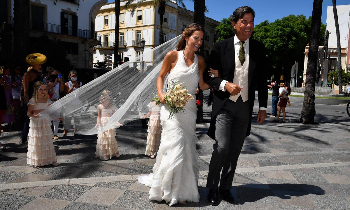Carla Vega-Penichet, una novia innovadora con escote 'halter' y volantes