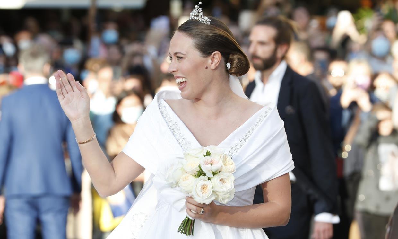 Nina Flohr se casa con un impresionante vestido de corte princesa y la tiara del corsario