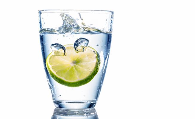 porque es bueno tomar en ayunas agua con limon